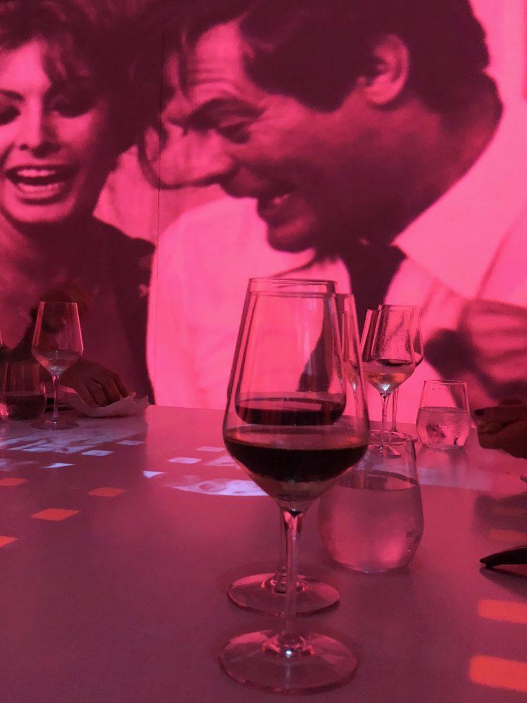 La sala ti accompagna con immagini stupende che si alternano sui temi di moda, cinema, arte, vino e pittura
