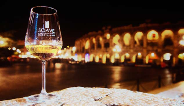 Calice-di-vino-Soave-con-Arena-di-Verona