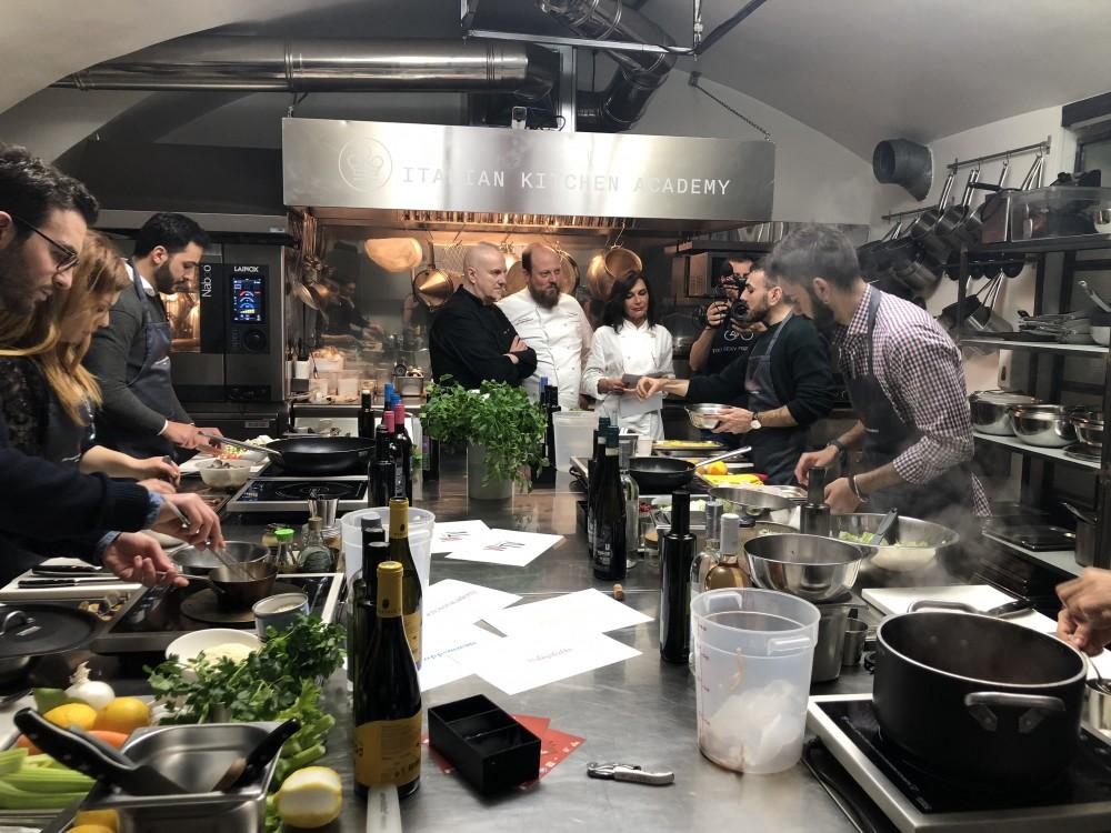 I giovani influencer al lavoro con i 3 chef che supervisionano