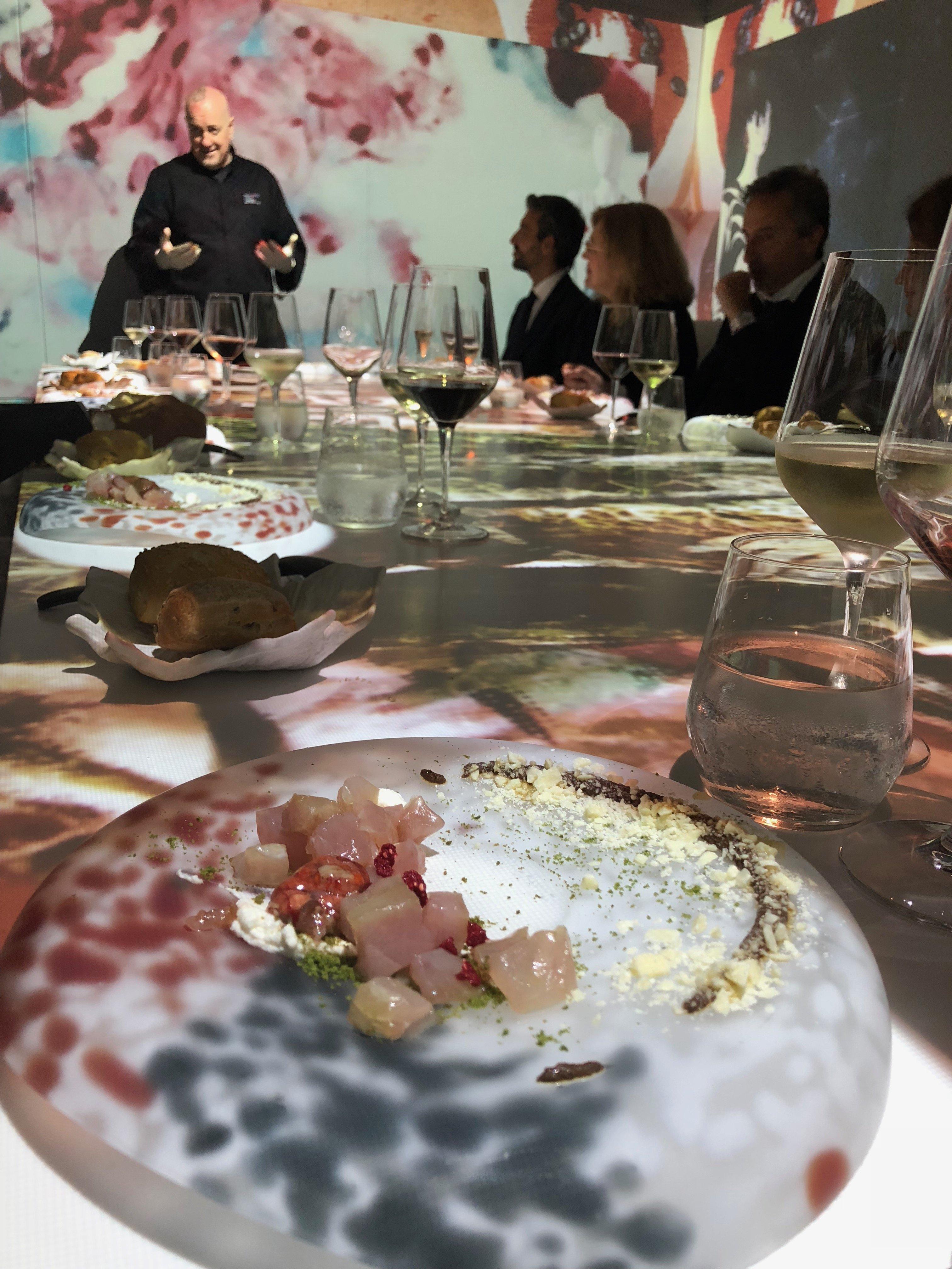 Massimo Viglietti con una delle sue creazioni per l'Immersive Show Dinner