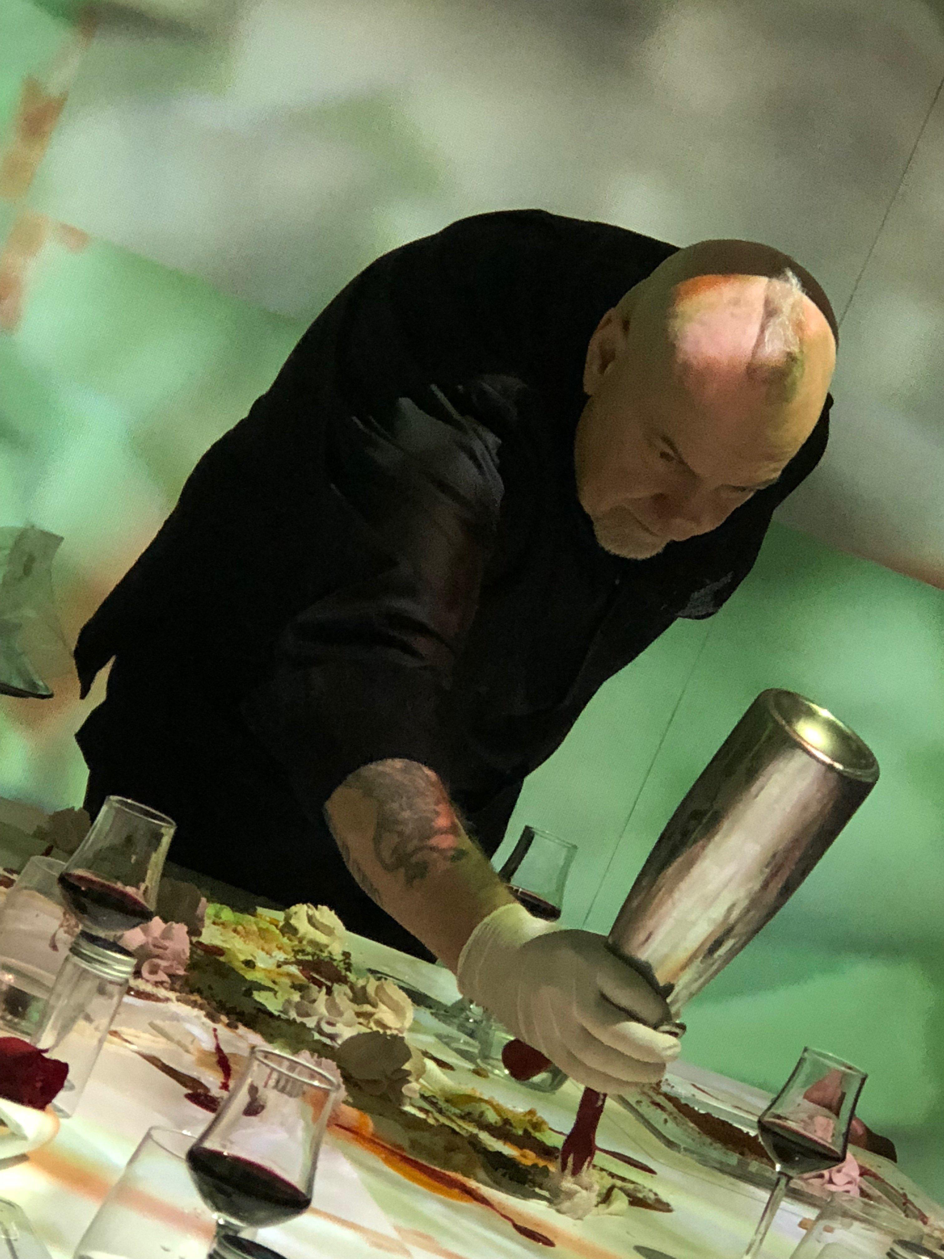 Massimo Viglietti crea la sua opera in diretta all'Immersive Show Dinner