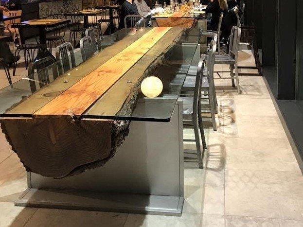 Uno sei tavoli ricavati dal tronco di un albero