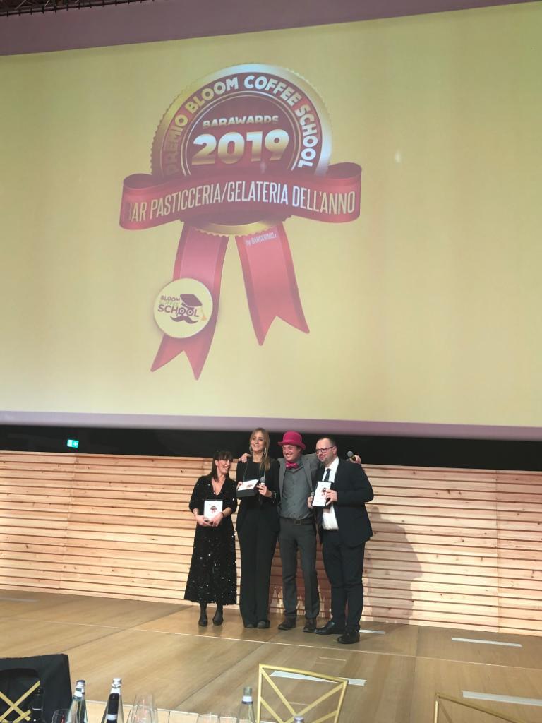 Premio Barawards 2019 - miglior pasticceria Gruè - Marta Boccanera8seconda da sx)ritira premio (1)