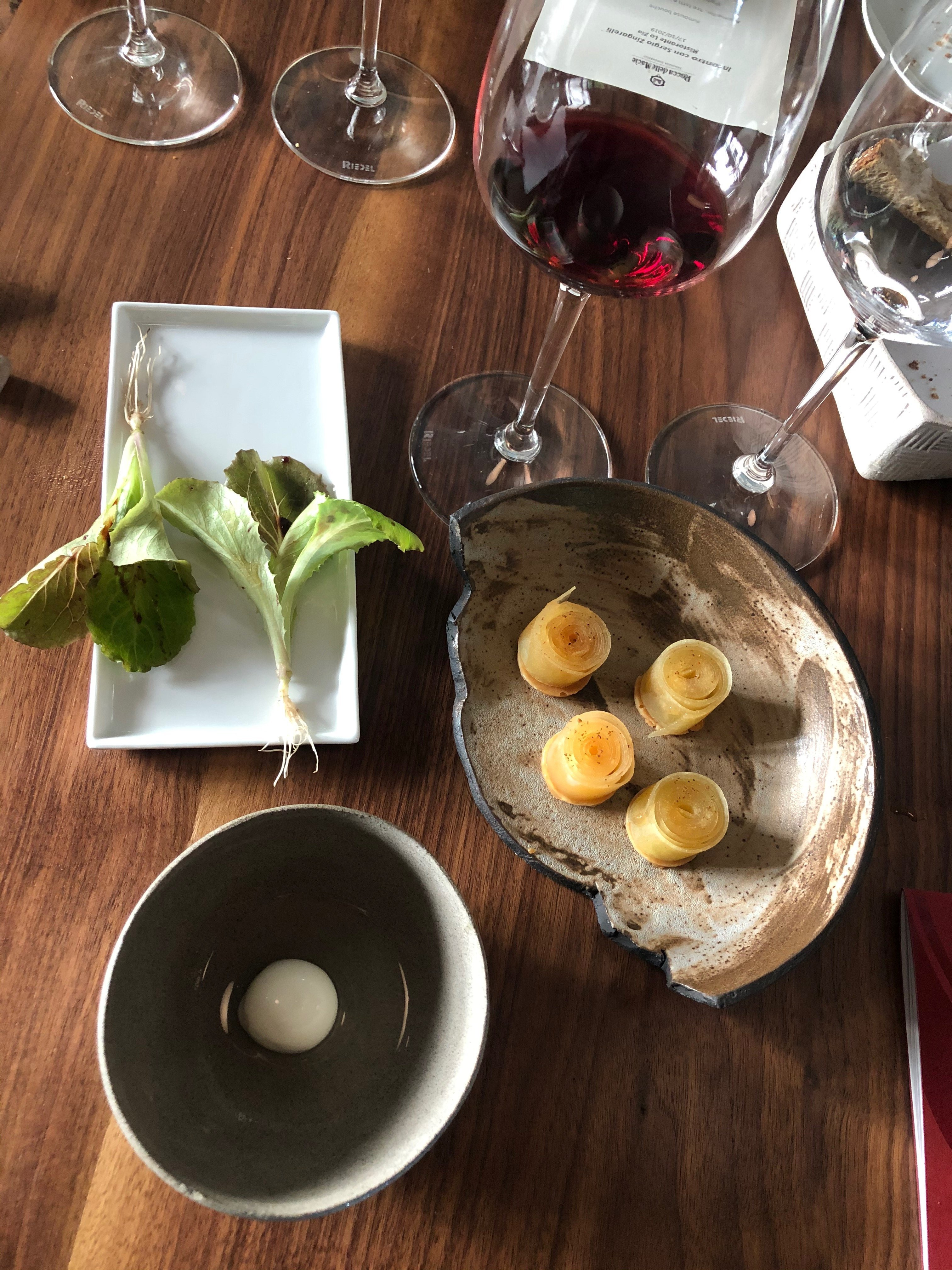 Idea di mozzarella con latte di capre e bufala , baby lattughino con uva fragola e vinegrette al vermouth , mela Anaji con cointreau vodka e polvere di ginepro.