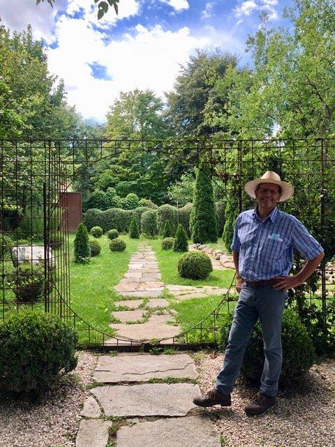 Il proprietario Franz Graf von Pfeil all'ingresso del suo vigneto giardino